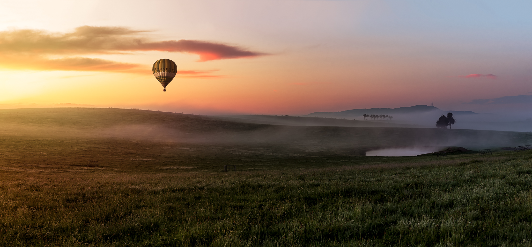 A sunrise during the hot air balloon festival in the Yarra Valley (Victoria, Australia) - Photo by Paul Tadday