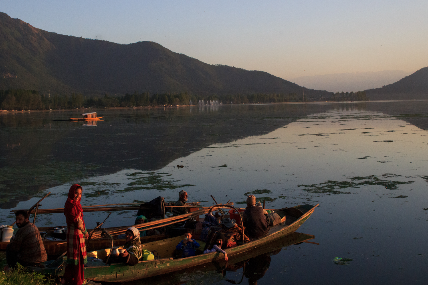 A family stop to have dinner on the edge of Dal lake