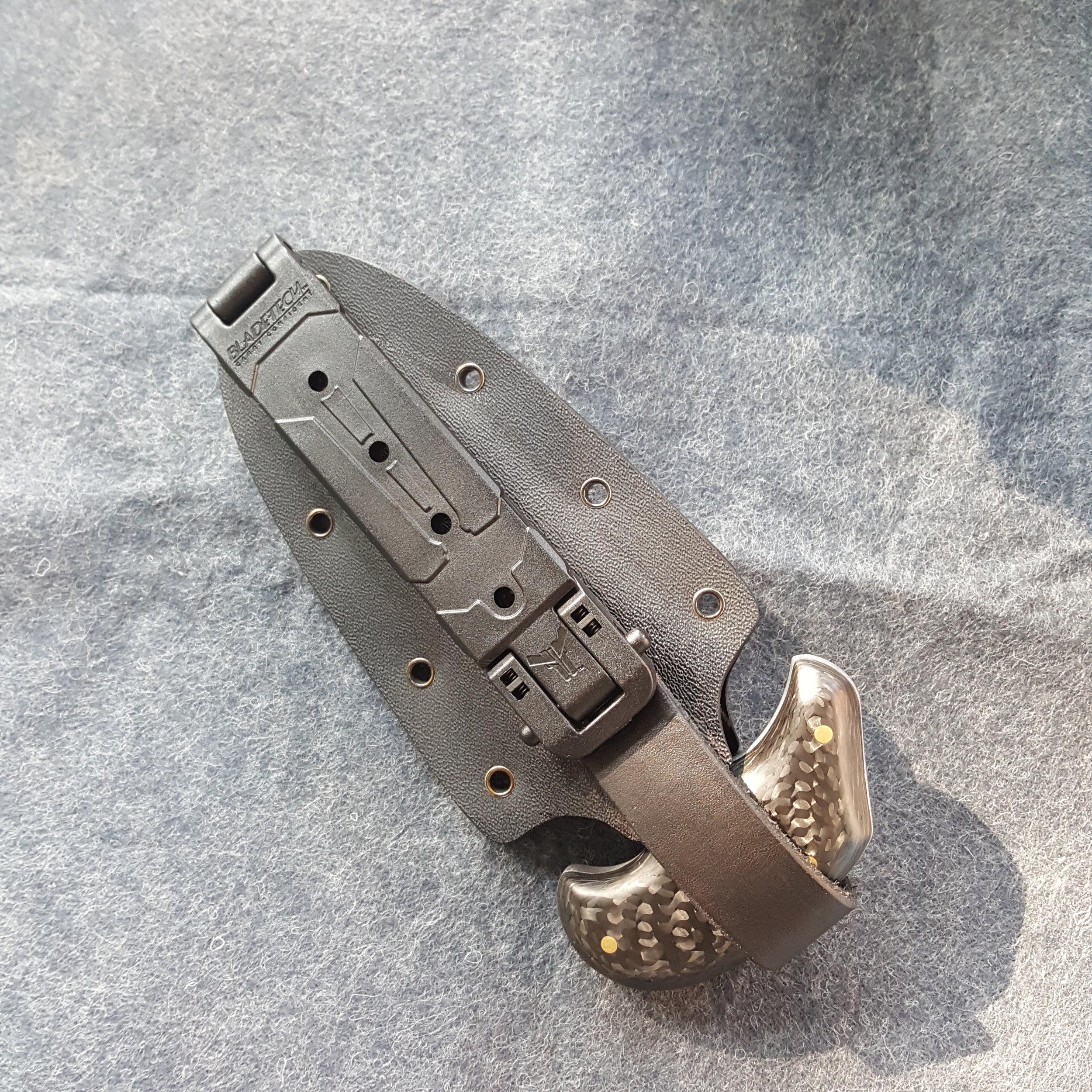 Hand-forged pattern welded steel push dagger, with carbon fiber handle.  -  Derick Kemper dameslflyforge.com.jpg