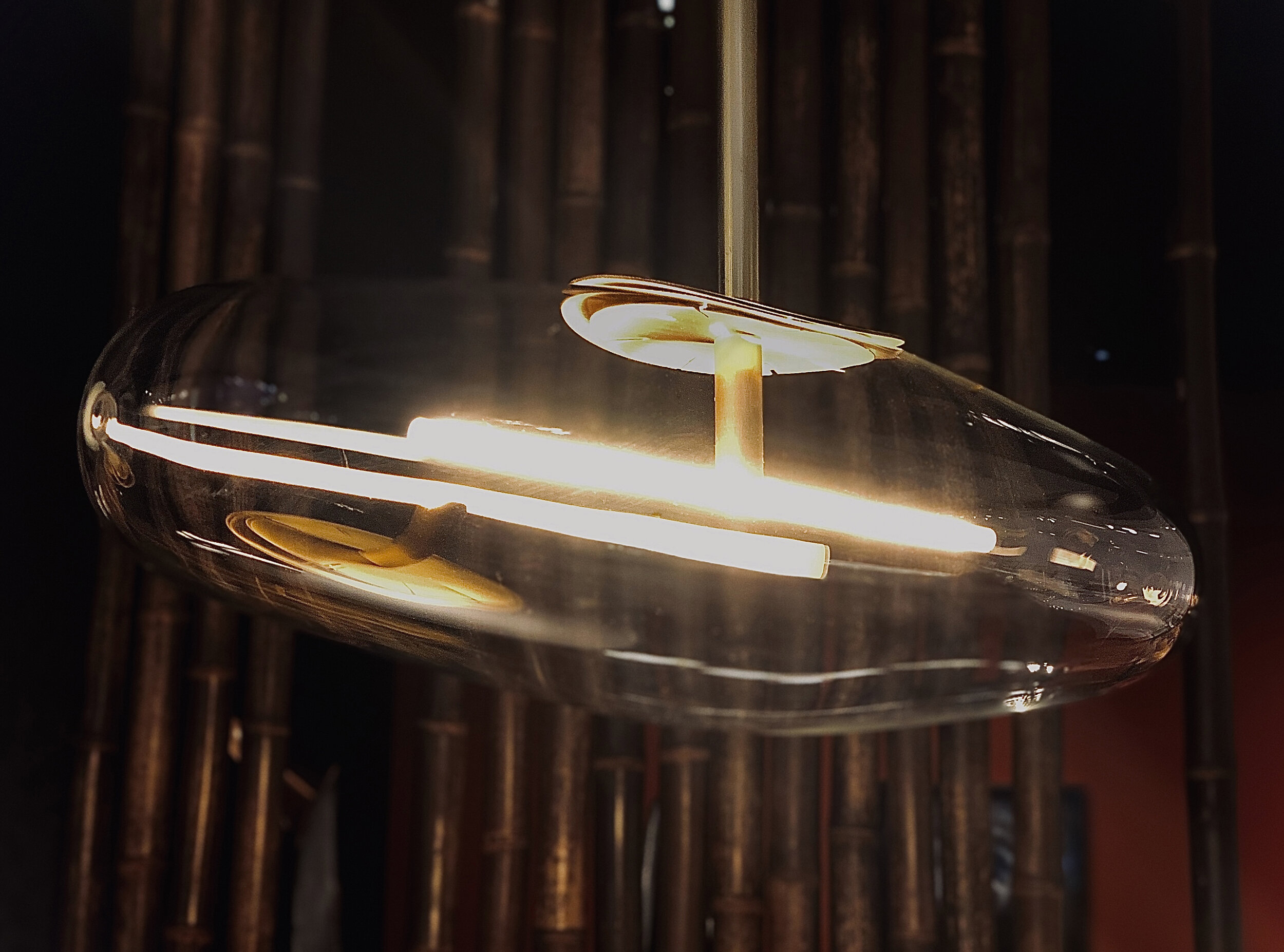 Bulle et tige en verre borosilicate, soufflé bouche. Structure en laiton, finition huile de jade ou hématite. Filament souple LED 2700K. Dimensions 150 x 50 cm x 16 cm.   Pour plus d'informations contacter: SARAH MYERSCOUGH GALLERY:    www.sarahmyerscough.com