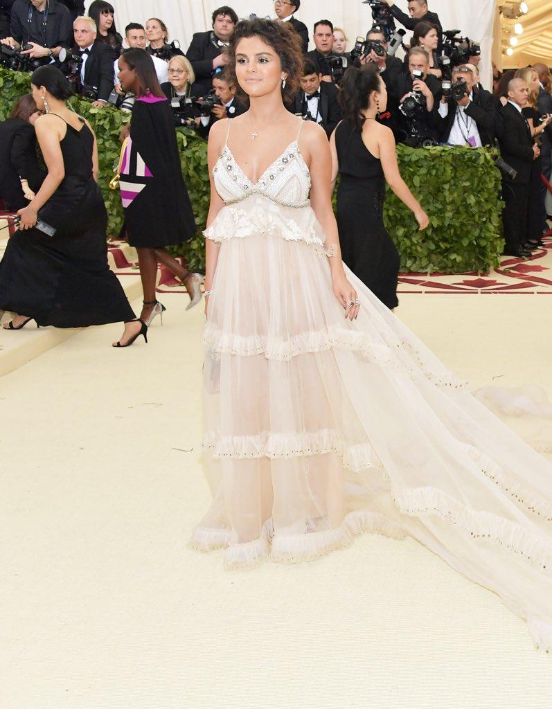 Selena-Gomez-Met-Gala-18.jpg