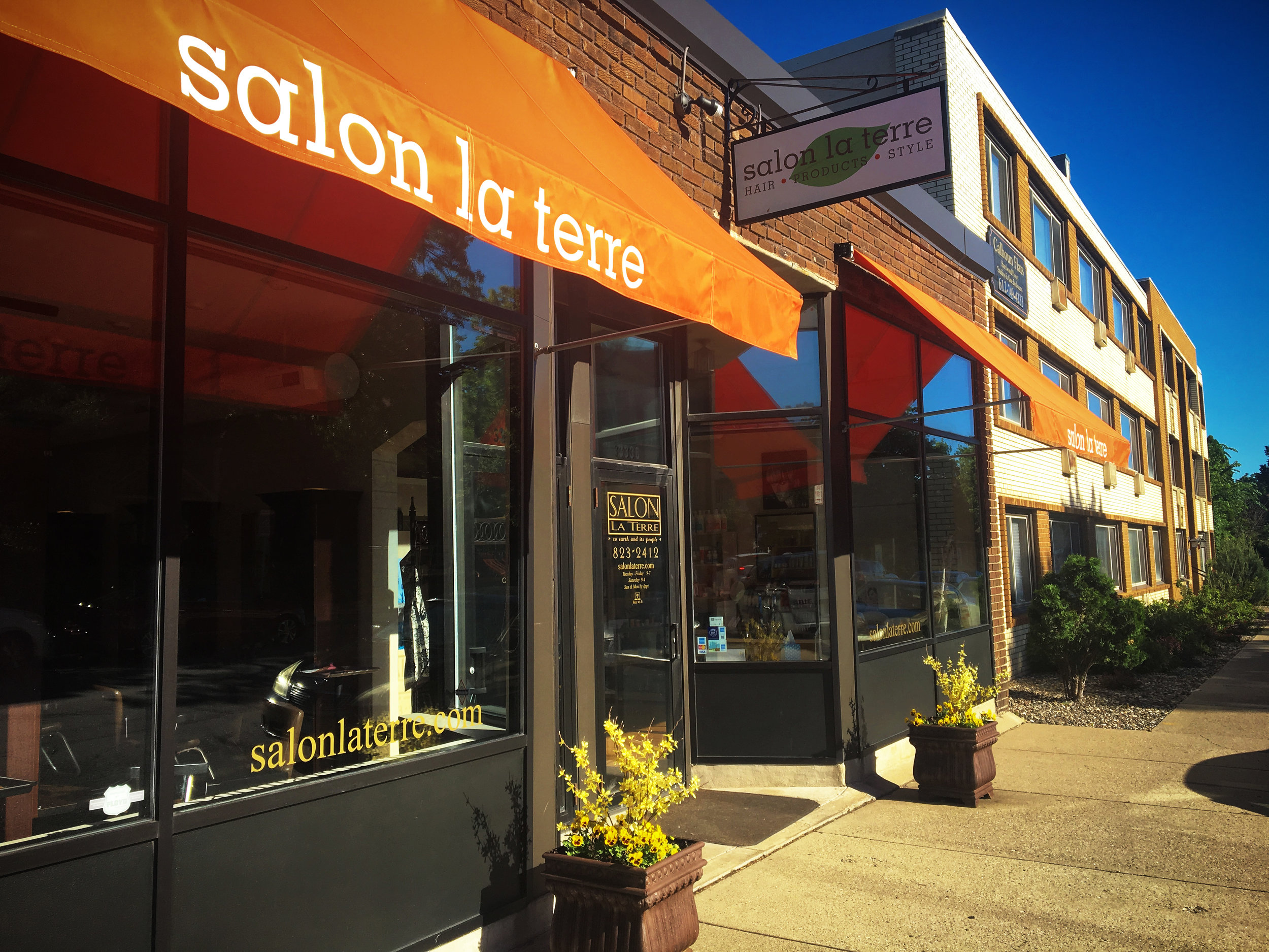 Salon La Terre outside with orange canopy