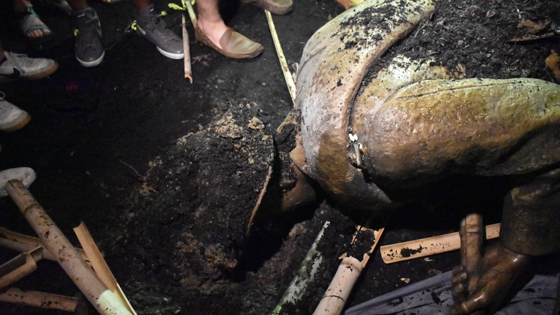 Silent Sam in the dirt after protesters tore the statue down (Source: The Daily Tar Heel/ Janet Ayala )
