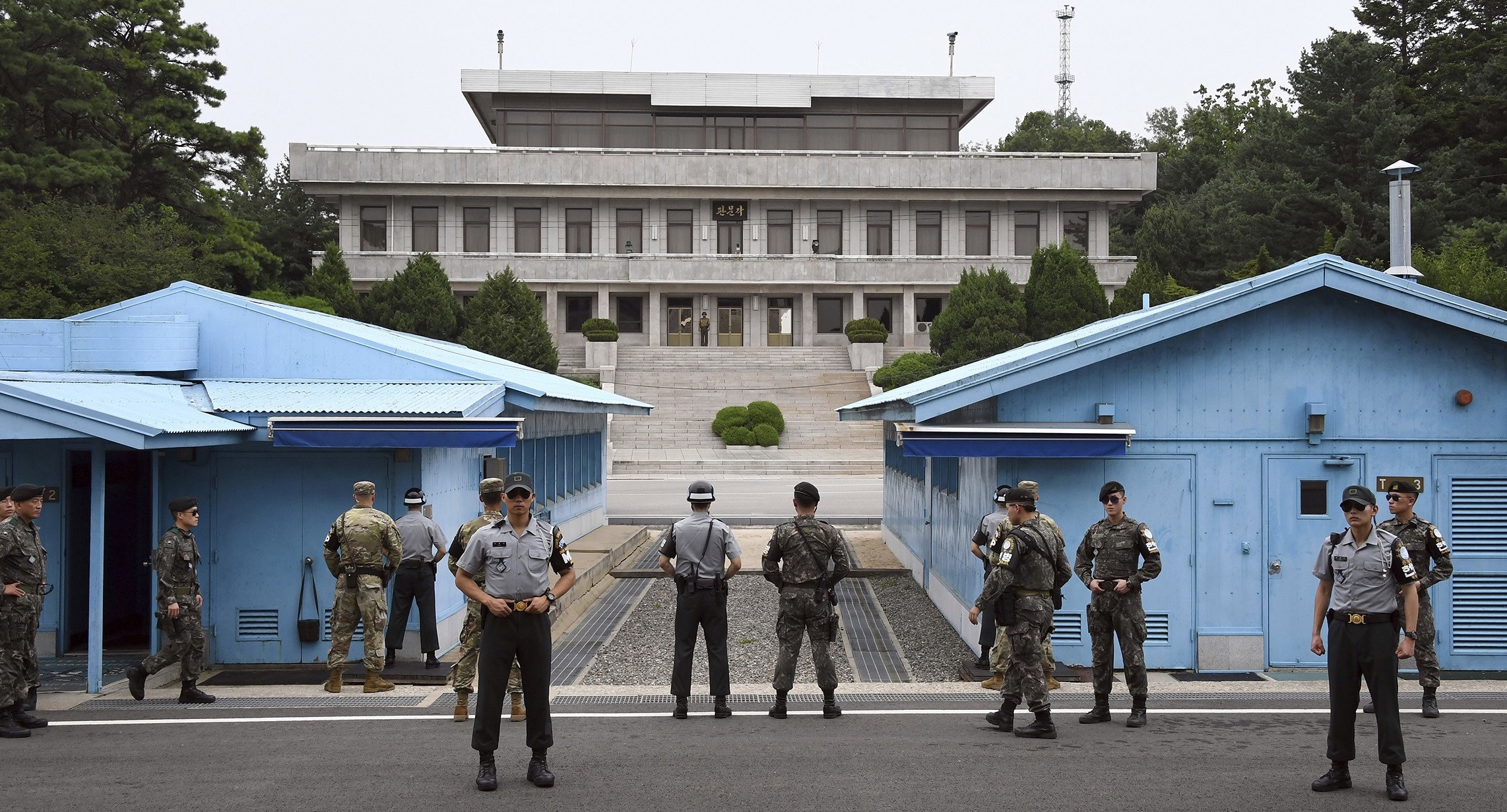 United States and South Korea soldiers at the Demilitarized Zone (Image)