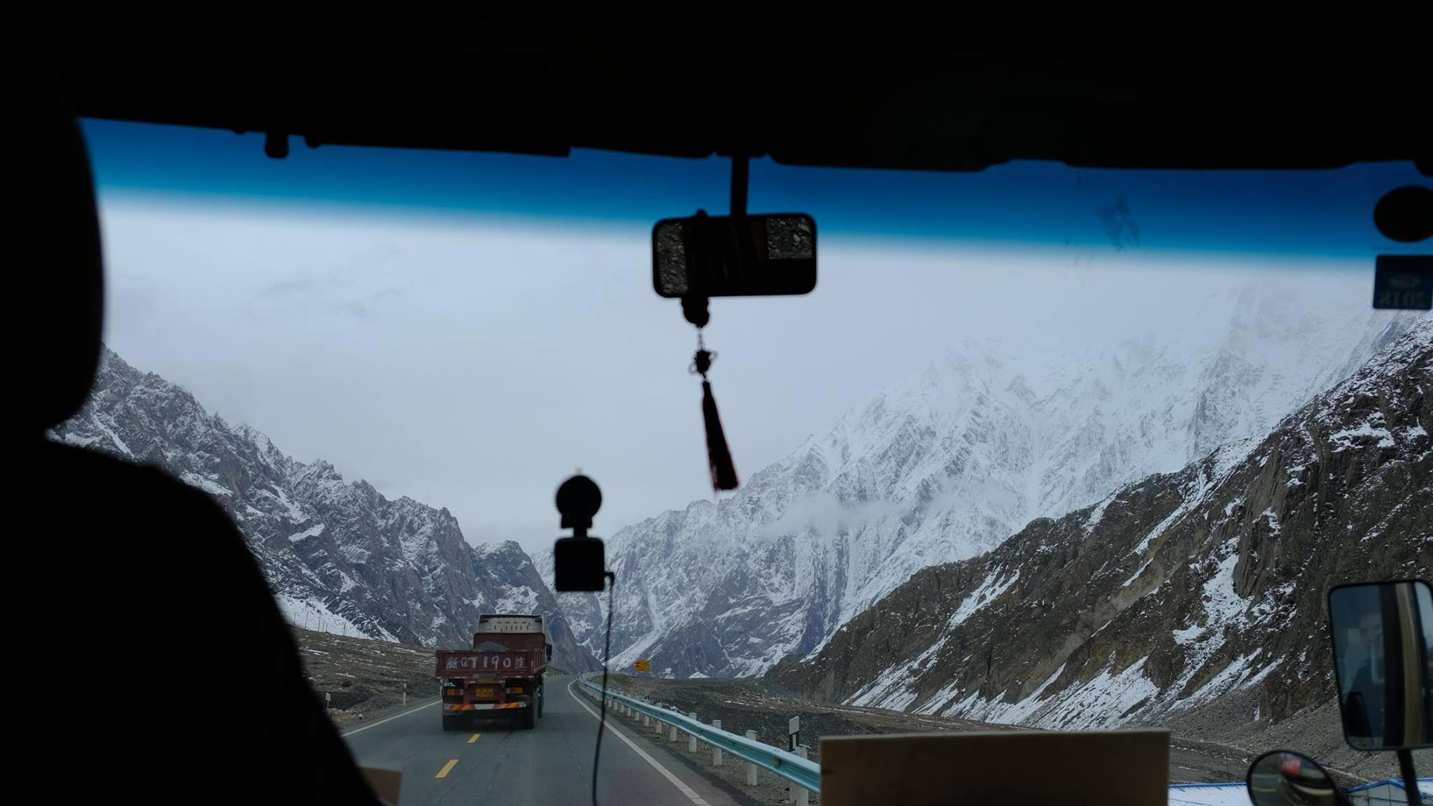 The view from a bus on Karakoram Highway heading towards Kashgar, a city in western Xinjiang (Image: Yiming Zhao)