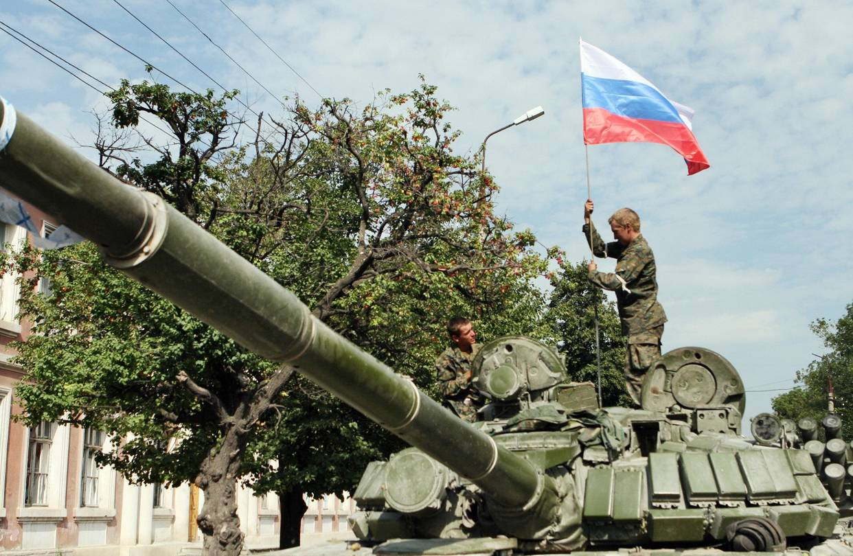 Russian soldiers alongside their country's flag in Tskhinvali, a city in the territory of South Ossetia ( Image )