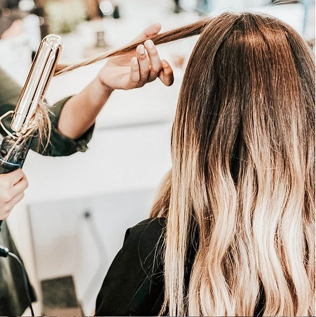 Making magic over here ✨ #nationalblowoutday • • • #igdaily #instadaily #beauty #stylist #hair #hairgoals #beauty #blowout #salon #salonlife