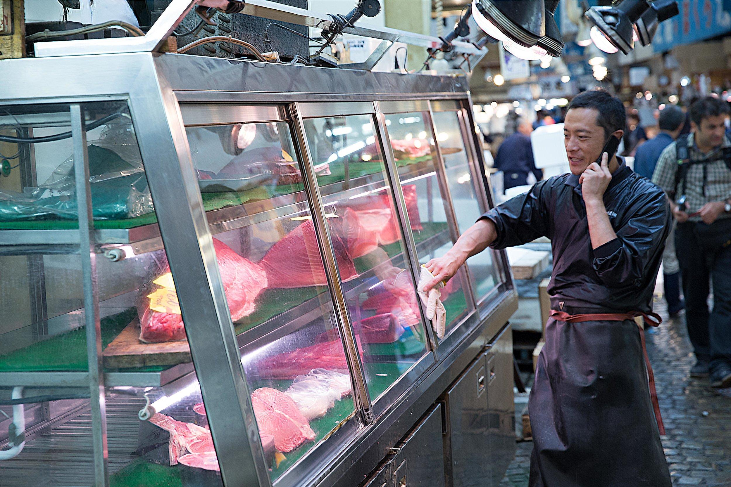 tsukiji_tuna_vendor.jpg
