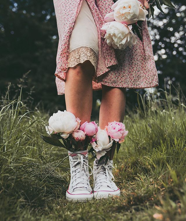 Flowers in boots, flowers in hair or flowers in hands? Which one is your favorite? . It's over 2 years since I started to post on IG almost daily, and the real motivation and inspiration came after I started to listen to the podcast Hashtag Authentic by @me_and_orla . I got so inspired by Sara's words and advice and I loved to immerse myself in her world of slow living and simplicity. These photos are inspired by Sara and the start of my own IG journey 🌿 Who has inspired you creatively? Where did you find the advice and motivation to go after it? #communitywhp_inspired . . #communitywhp_inspired #botanicaldreamers #allthingsbotanical #inspiredbypetals #alliseeispretty #botanicalcreativity #botanicaldaydreams #botanicalpickmeup #inspiredbynature #growandbloom #hashtagauthentic #hashtagauthenticbook #quietinthewild  #smallmomentsofcalm #flowersinboots #mybeautifulstories #wondermore#underthefloralspell