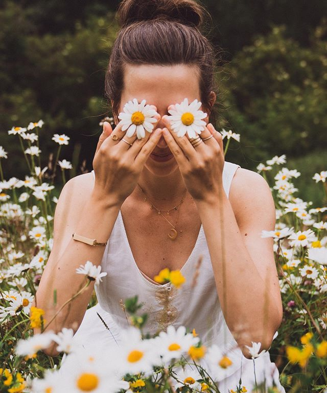 A picture says more than a thousand words, but what this one doesn't say is how I got the itchiest and nastiest bug bite as I was sitting here in this innocent looking flower meadow 😂 What's your bug bite status? Is Summer really Summer without a few itchy bug bites? Nah, I don't think so 🌼