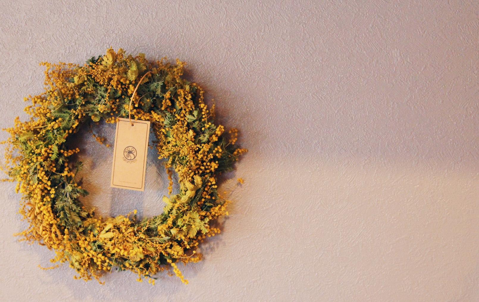 mimosa wreath - ひみつの花屋でのワークショップは未定です*定員8名です (一人でも開催致します)*ハサミ、道具などこちらでご用意致します*作った作品はお持ち帰り出来ます*申し込みの締め切りはワークショップ当日2日前です*子連れ様も大歓迎です!