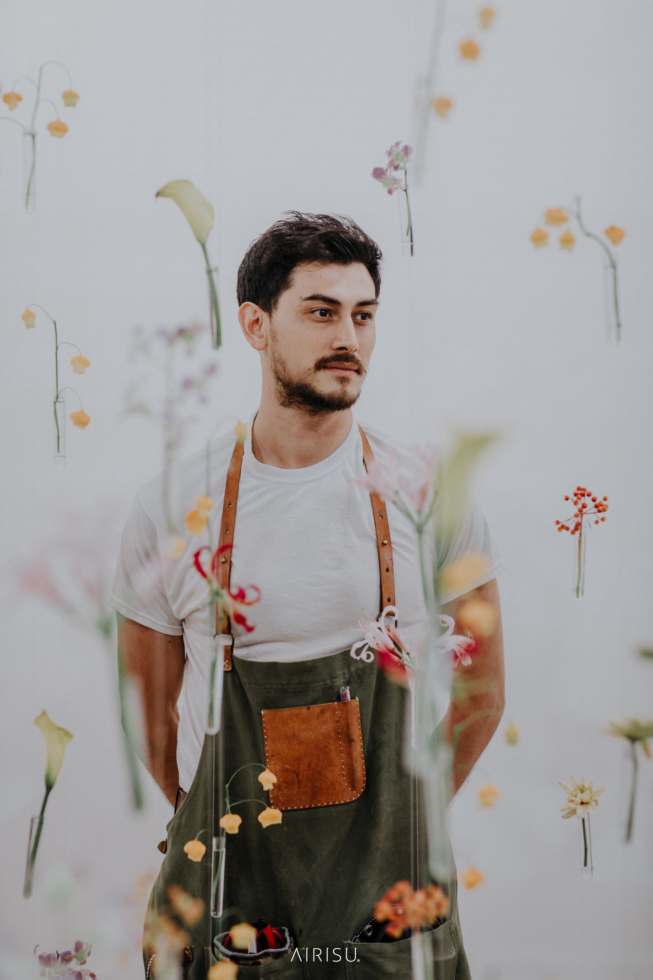 akiva zama - CEO & flower artist座間アキーバ 東京生まれ、シアトル育ち。2010年から講師として全国各地を巡りキャリアをスタート。2015年,2016年,2017年,長崎ハウステンボス世界フラワーガーデンショーにて特別展示を披露2018年,シンガポールで開催された世界ガーデンフェスティバルに日本代表として出場。2017年株式会社「花とんぼ」設立。小淵沢アートヴィレッジと連携し、アーティストならではのダイナミックなセンスを活かし、ウエディングのトータルプロデュースをスタート。
