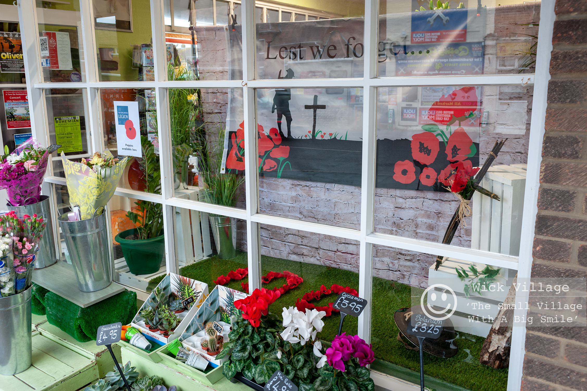Wick, Littlehampton, West Sussex, UK. 9th November 2018. Wick Village Traders mark the centenary of the end of the First World War with shop window displays. In Pic: The Flower Shop Littlehampton shop window display.
