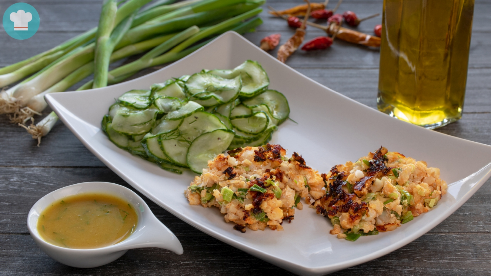 Lachsfrikadellen mit Gurkensalat und Honig-Senf-Soße