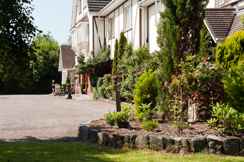 OLD WEIR LODGE - KILLARNEY, COUNTY KERRY: Set in mature, landscaped gardens on the fashionable Muckross Road, Killarney. Old Weir Lodge is a highly acclaimed family run Guesthouse conveniently located to Killarney Town & Killarney National Park.