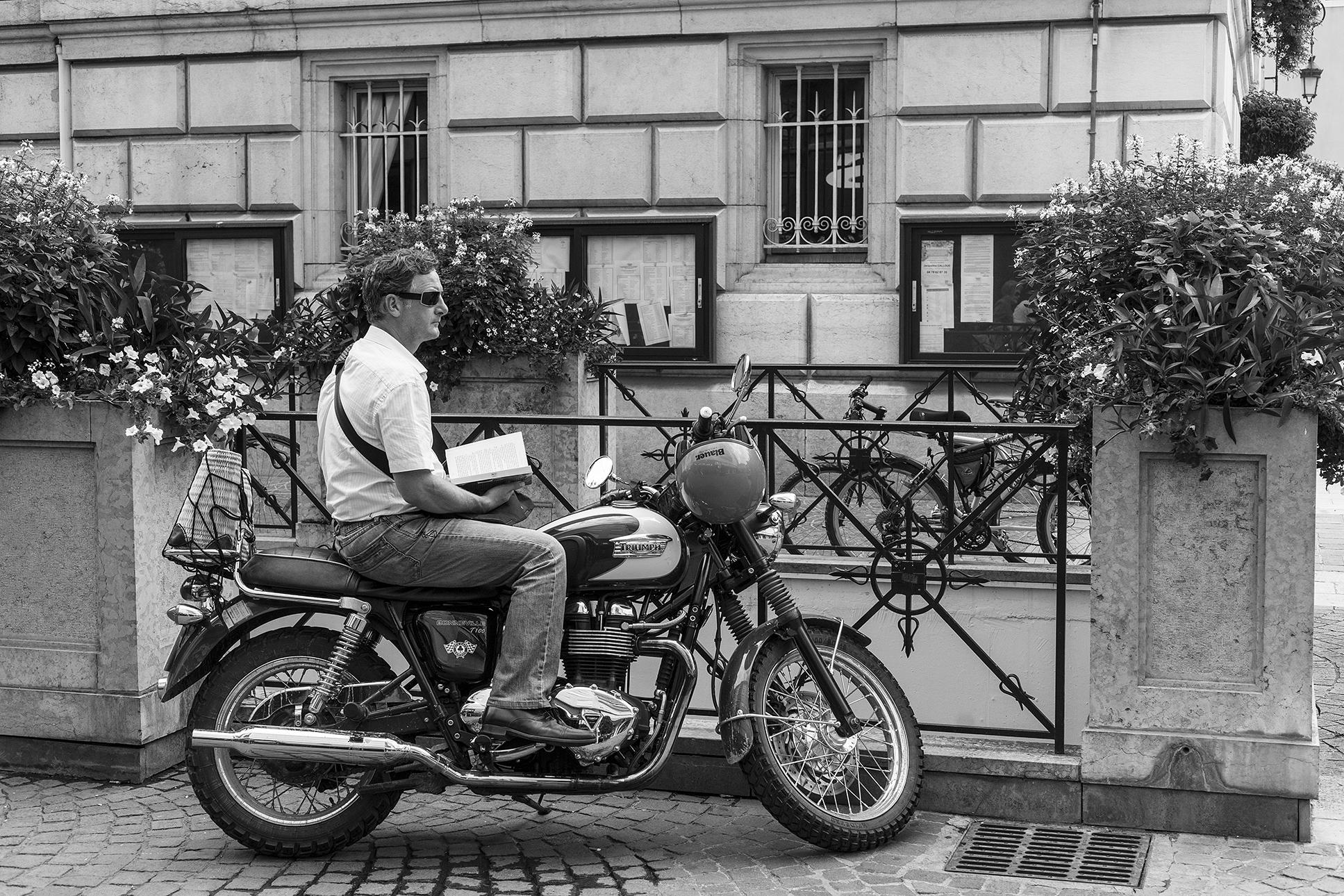 motard libraire-Chambery-aout-2012.jpg