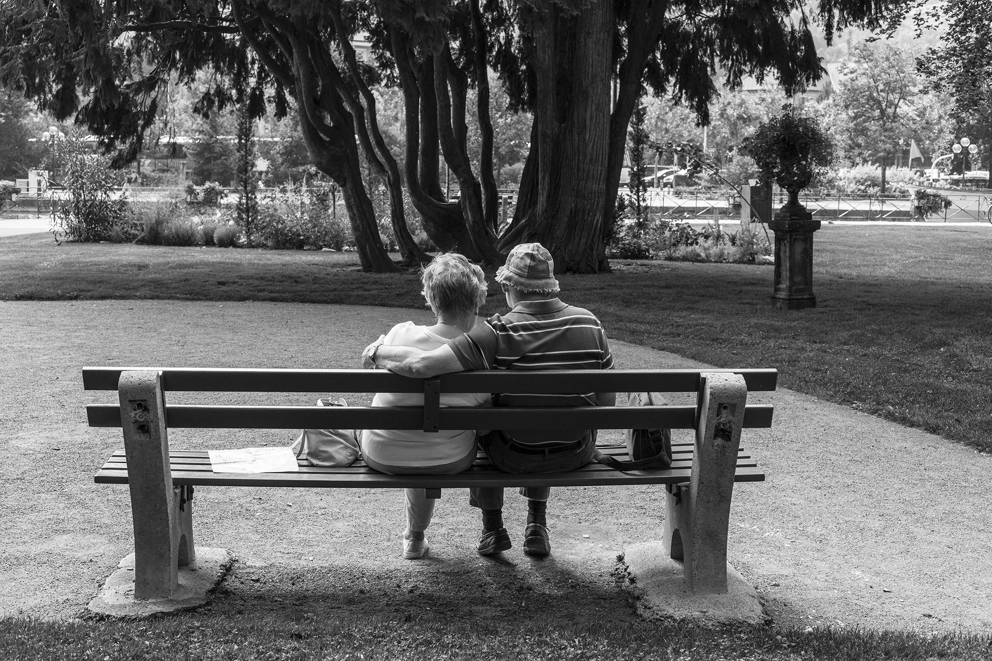 Bancs publics - Petites scènes de vie autour de ces bancs installés dans l'espace public. Lieu d'errance, d'attente ou de détente qui nous offrent l'occasion de faire une pause dans le rythme effréné de nos vies urbaines.