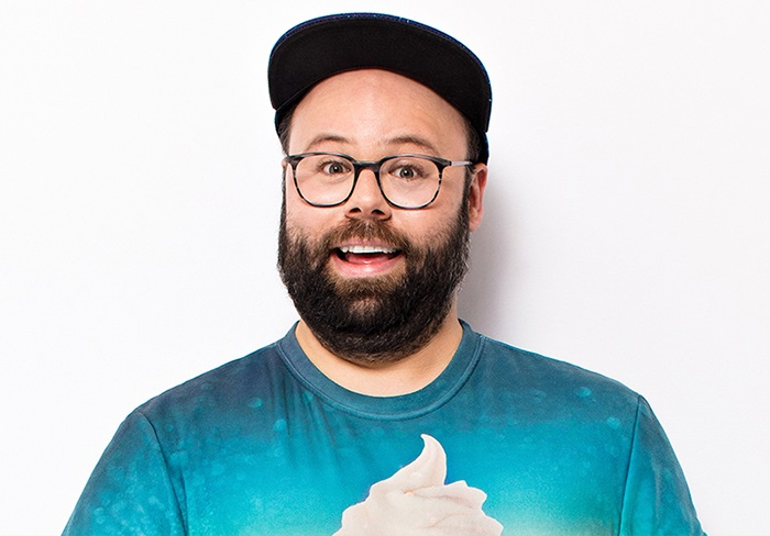 9 octobre 2019JEAN-FRANÇOIS PROVENÇAL - HUMOURJean-François est humoriste, auteur, musicien, infographiste, réalisateur (Les Appendices à Télé-Québec), comédien (Trop à Radio-Canada, Papa à TVA) et tout nu (pendant les repas dans sa cuisine). On l'a également vu en tant que collaborateur à l'émission Alt, à VRAK, en plus d'être le visage de la campagne publicitaire web des gâteaux Vachon. Oui, c'est bien lui qui a aussi créé les succès internationaux J'ai faim plus que Alain (croque des concombres), Homme du monde, Michel a soif et Le vilaje de l'ansien tant! (Nouvelle-France), qui cumulent ensemble plus de 15.5 millions de visionnements sur Facebook, 3 millions sur YouTube, sans parler de toutes les version non-officielles qui circulent sur différentes pages web.15$