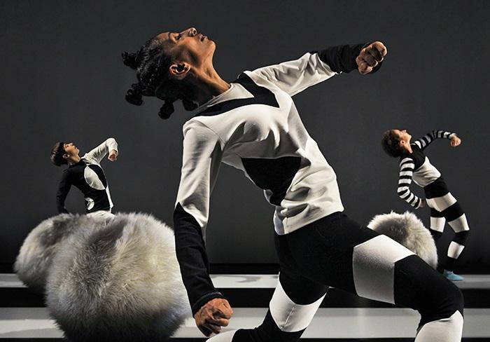20 avril 2020 (14h)À TRAVERS MES YEUX - JEUNESSEUne danseuse monte sur scène et y découvre un ballon. Intriguée, elle s'en approche, doucement. Dès qu'elle le touche, la magie de la scène opère : la lumière apparaît, le décor s'installe, les ombres lui jouent des tours... et la multiplient! Elle n'est plus seule et, désormais, c'est à quatre qu'elles s'amusent et découvrent cet environnement en constant changement : un monde graphique, peuplé de formes, de couleurs, de textures, de sons et d'illusions. Terrain de jeu déjanté où la danse est assujettie au contexte, cette boîte à surprise invite le spectateur à emprunter le regard nouveau de l'enfant qui explore. Ode à l'imaginaire, À travers mes yeux stimule physiquement l'enfant et nous ramène à ce qu'il y a de plus beau chez lui: son inlassable capacité à s'émerveiller.15$