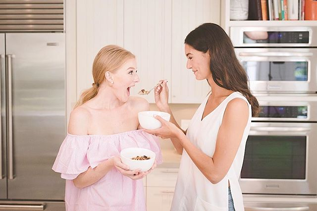 Mindful eating is about awareness. It's about slowing down and tuning into your food. Into your emotions. Into the experience. Note: it doesn't have to be a serious thing; it can be fun and playful too! Stop and think about the meals you've had today. Did you pause and take a second to savour the moment— to really enjoy every little bite — or were you rushing through the meal to get to your next meeting? Be honest.🤔// Ty to everyone involved for capturing this: @mrjeremywong @egorrvnk @jenajac @robynkimb @pjbspratt // #healthybodyhealthymind #mindfuleating #granolabowl #homemadegranola #holisticheels