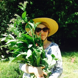 comfrey pic with Patricia.jpg