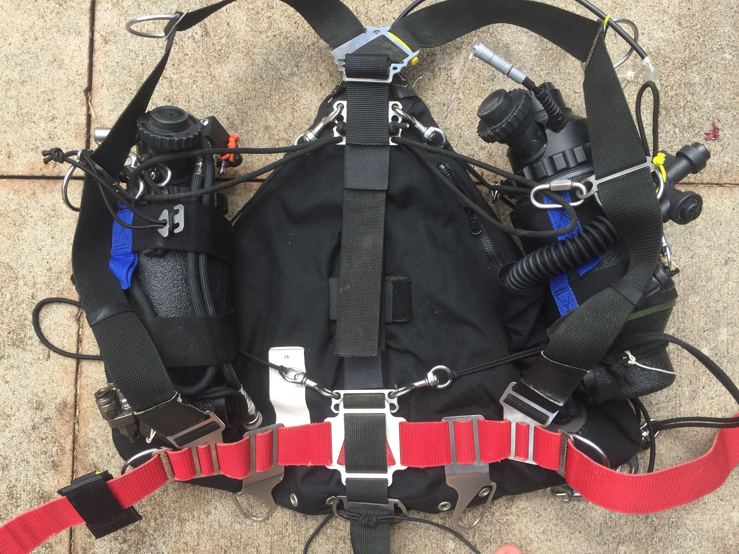 Harness with cans, no counterlung to show connection points.