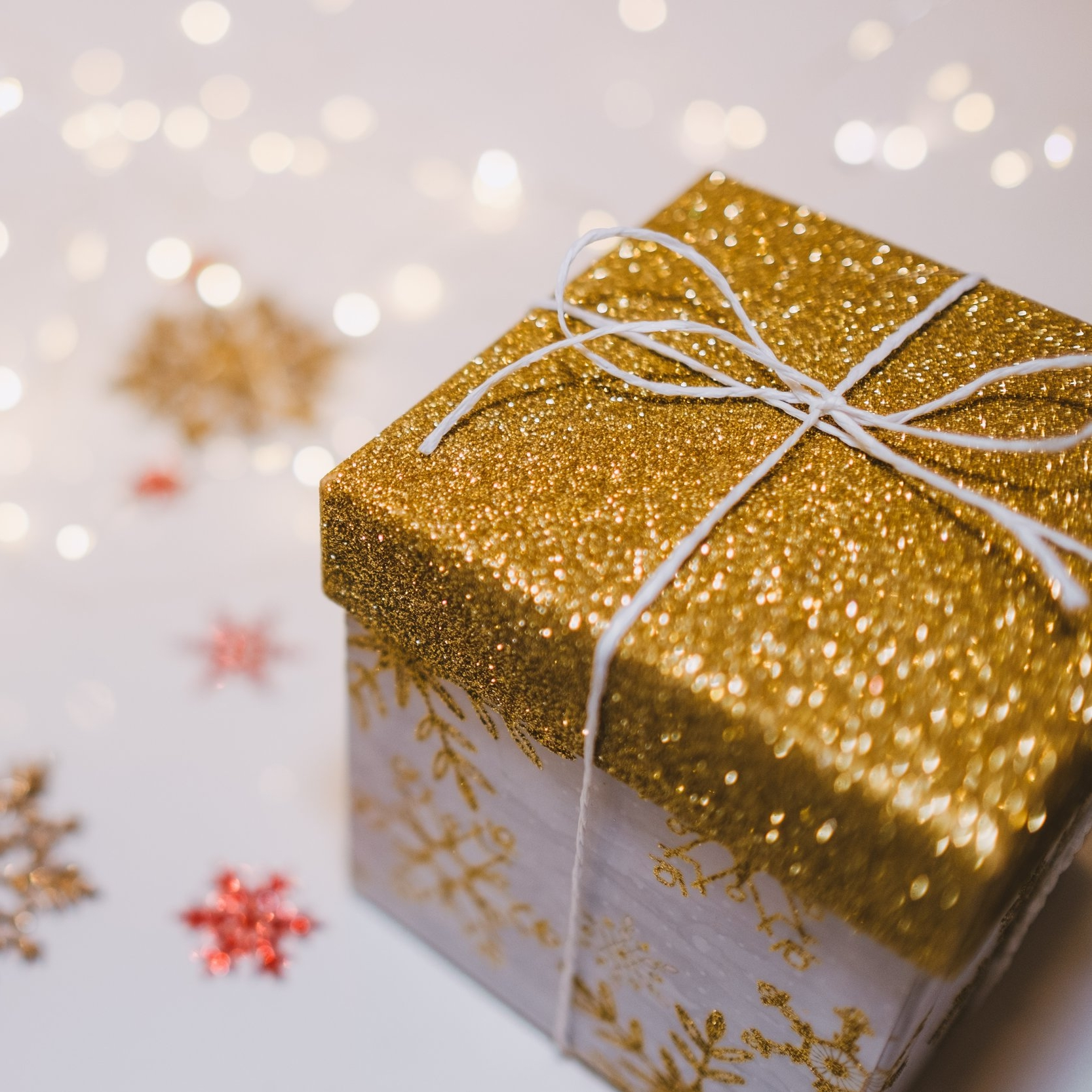 How To Holiday Shop on a Budget 🎄 - Christmas is almost here and if you don't have a gift yet, it's not too late! Here are five ways to buy the perfect gift for your loved ones without breaking the bank. Happy Holidays from PHAZE Magazine!
