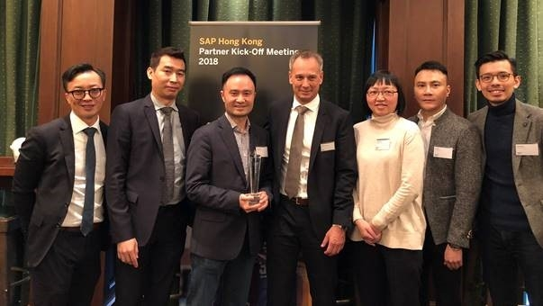 Raymond Kuo, Presence of IT's Managing Director of North Asia (third from left) receives the 2017 Best Cloud Partner Award from Boon Khoo, SuccessFactors General Manager for Greater China (second from left) and Thomas Gerstner, Managing Director SAP Hong Kong and Macau (fourth from left).
