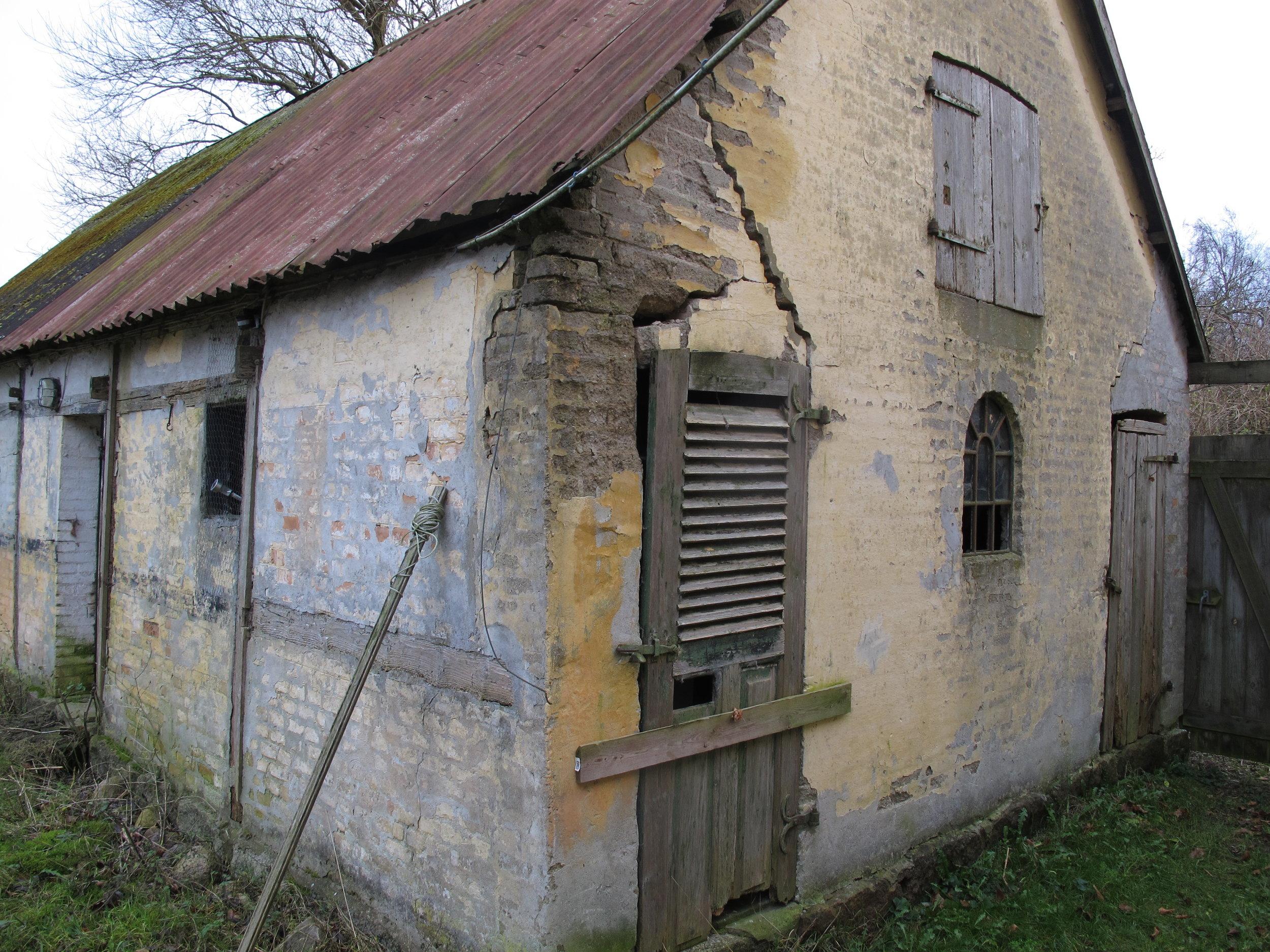 Hvis du åbner den dør, så tror jeg huset braser sammen. Det var vist også frygten hos den person, der satte et bræt for døren.