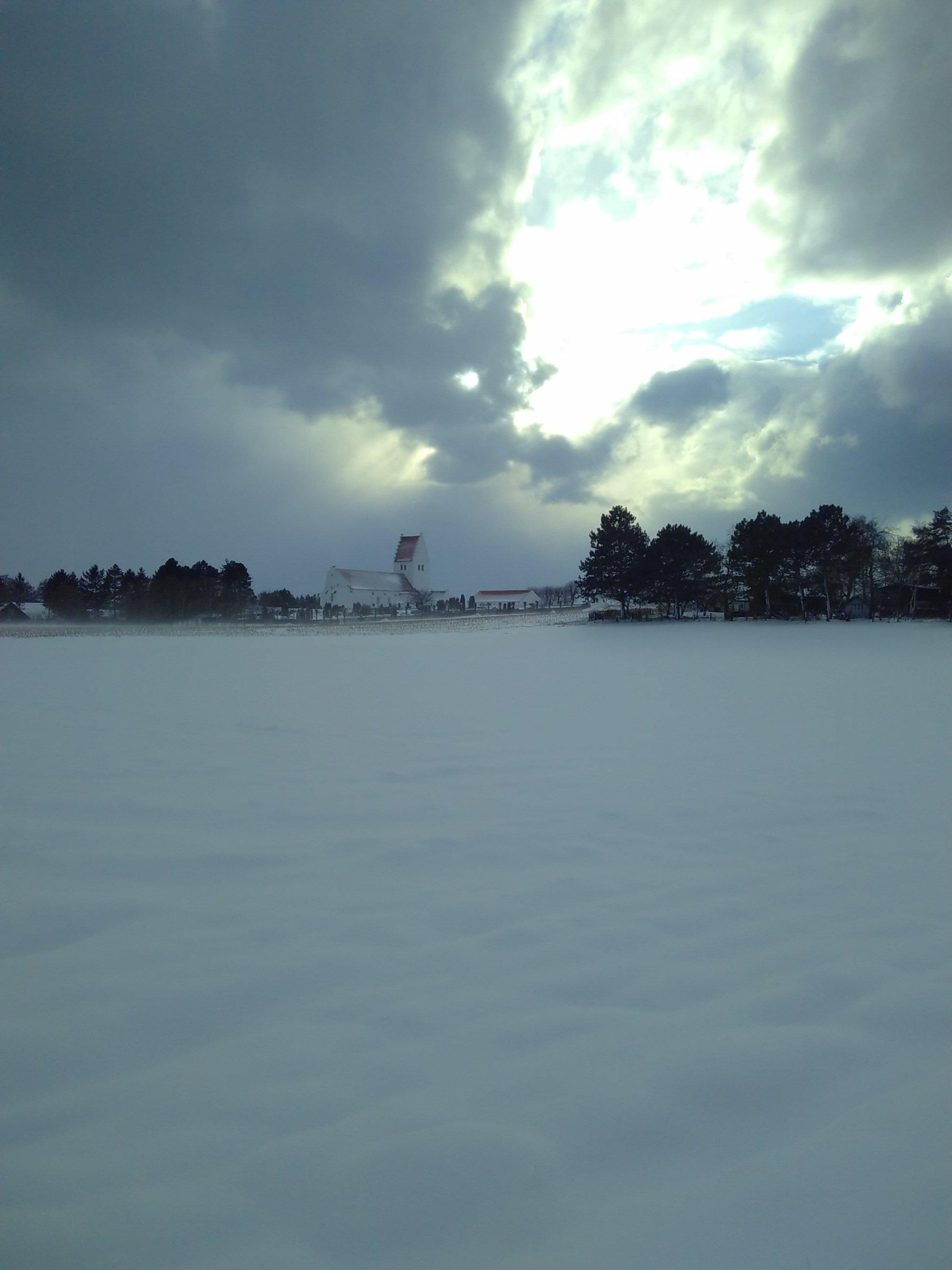 Et kortvarigt ophold i snevejret gav et fantastisk flot lys i himlen over kirken.