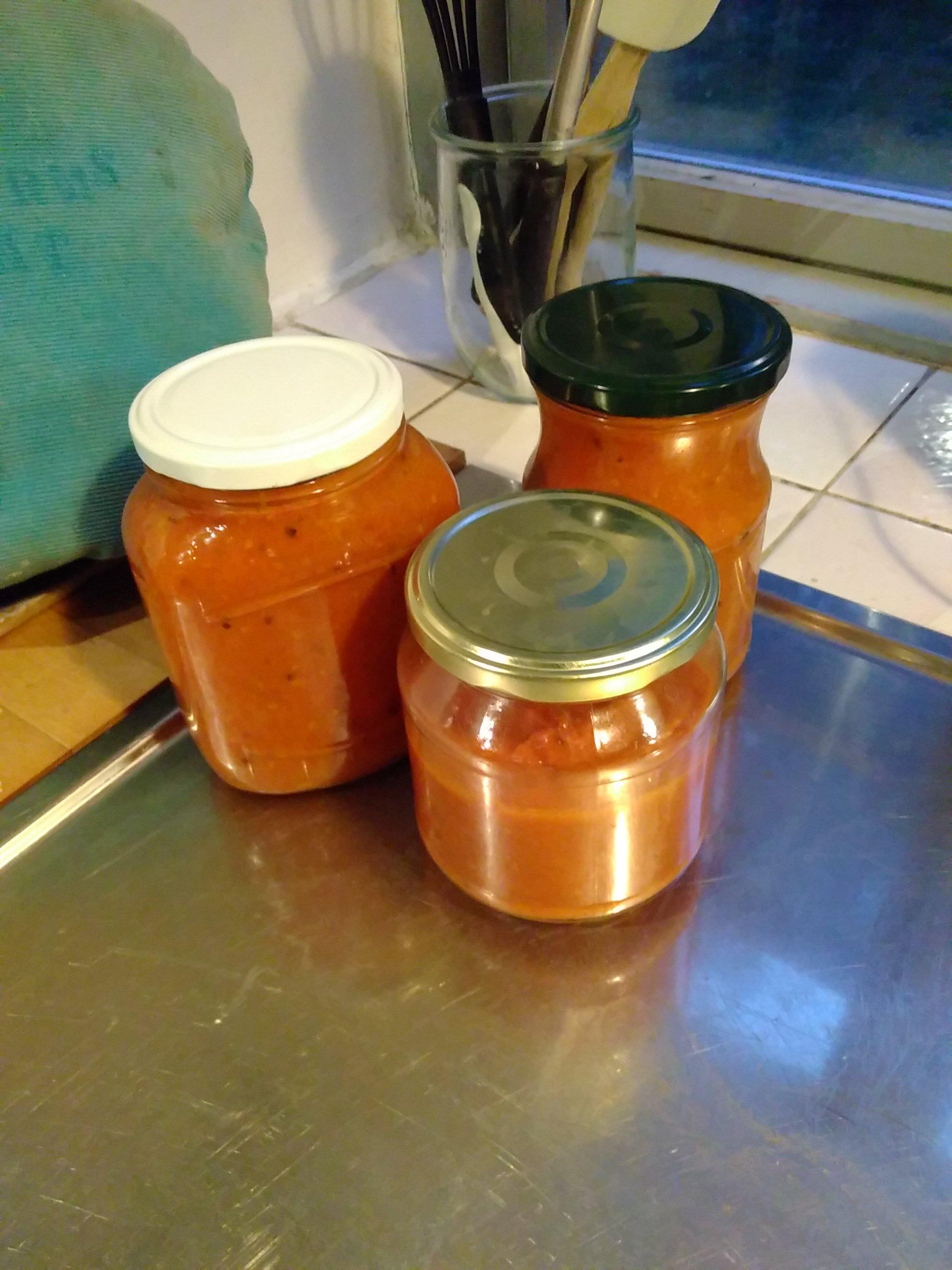 Madlavning er en vigtig del af selvforsyningslivet. Ressourcerne skal udnyttes, og høsten skal konserveres. Her ses tre glas tomatsovs, jeg lavede forleden af 2,5 kg af havens tomater.