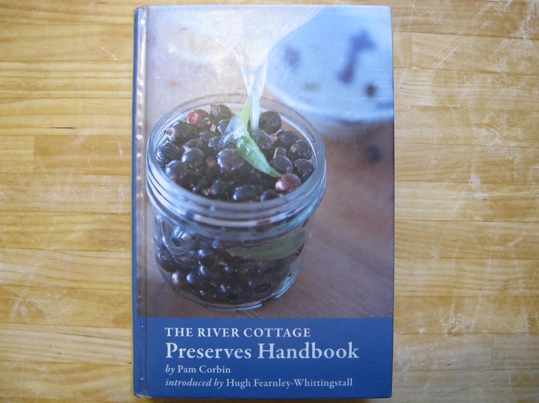 'The River Cottage Preserves Handbook' af Pam Corbin. Virkelig nyttig bog med mange velsmagende og nemme opskrifter. Men bemærk, at det her er den amerikanske udgave, og den vil du ikke have! Det er træls at skulle omregne fra deres tossede enheder (ounces, cups, pounds) til vores, Så få fat i den britiske version