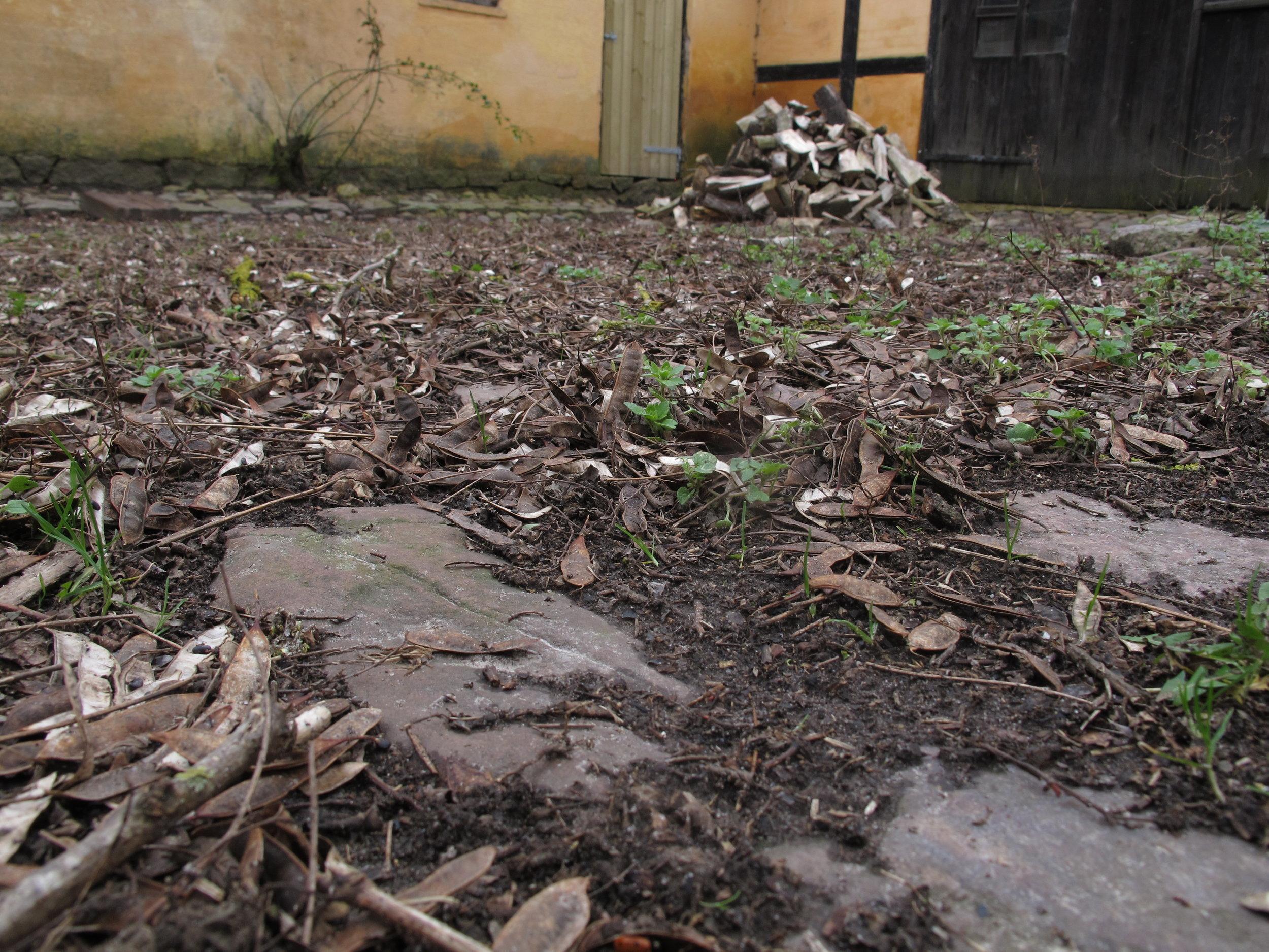 Det er svært at se, at hele gårdspladsen blev renset og gjort rent for ikke så pokkers længe siden.