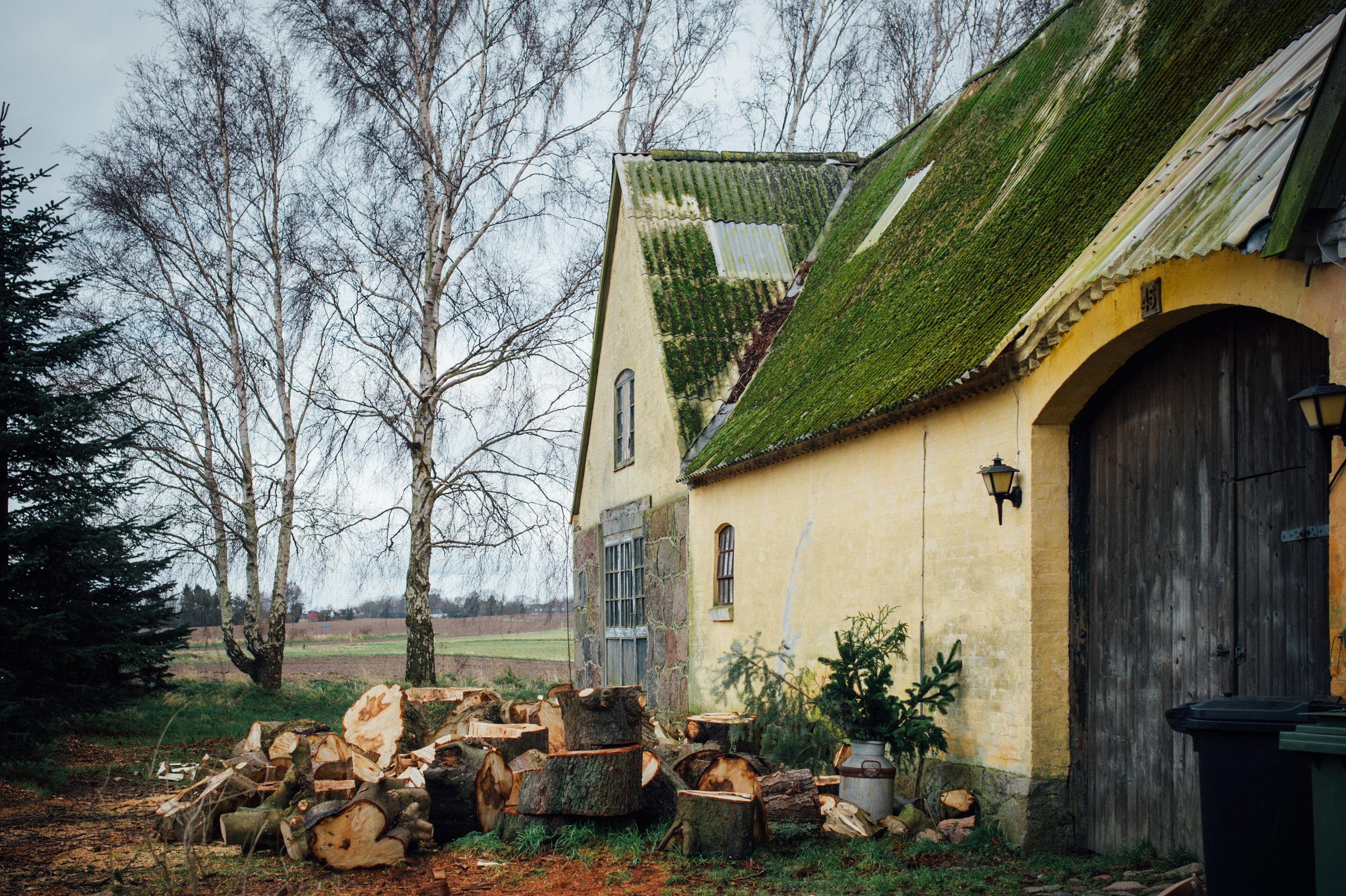 Der ligger træ overalt, taget ligner noget der er løgn og murene er trætte og misfarvede. (foto: fra januar 2018 af maivanilli.dk)