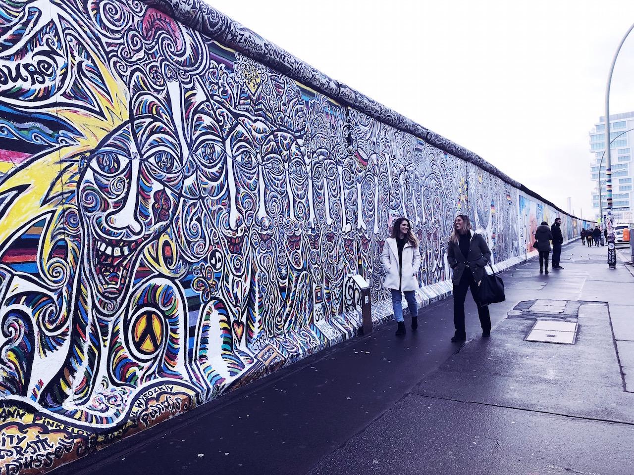 Percorrendo a Galeria de grafites no muro de Berlim