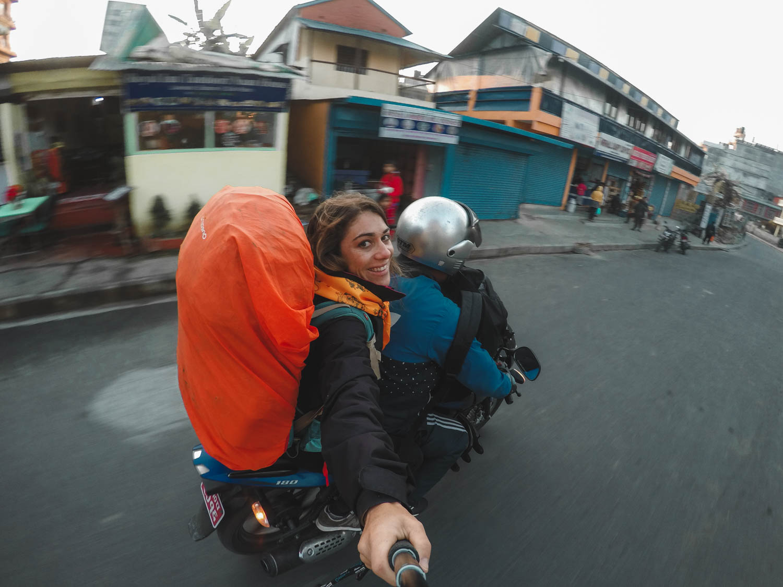 mulher viajando sozinha nepal