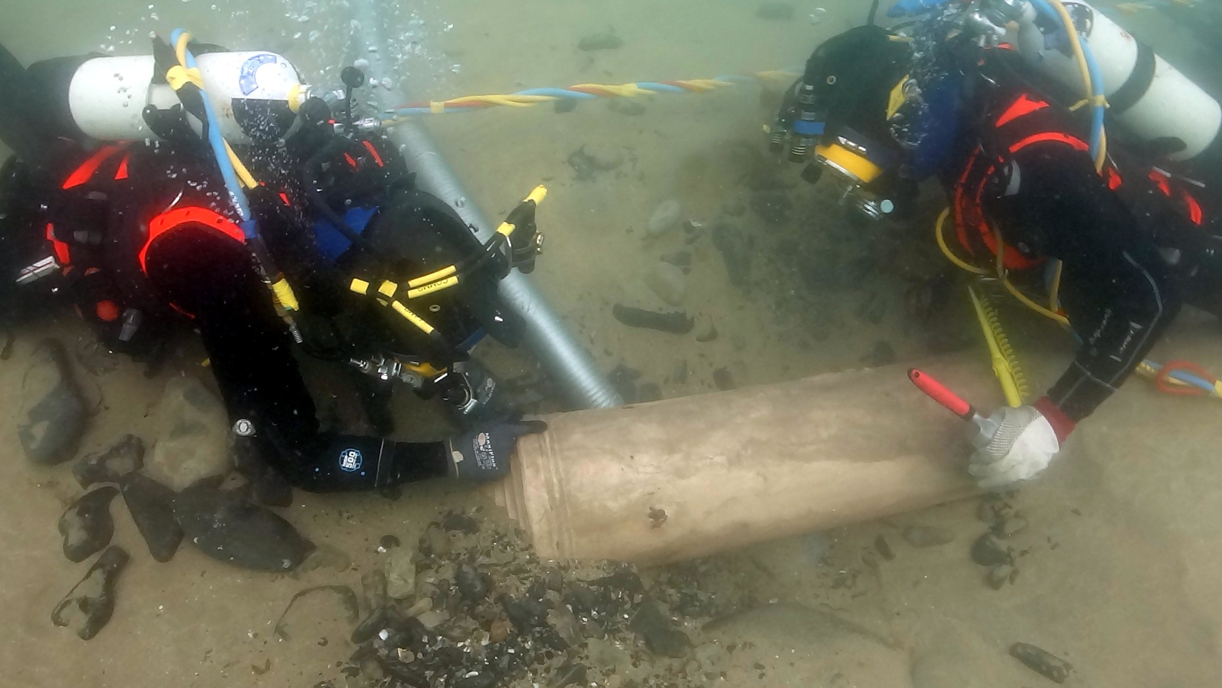 Divers recover a cannon from  La Juliana , a Spanish Armada ship, at Streedagh Beach, Sligo in 2015 (© Underwater Archaeology Unit)
