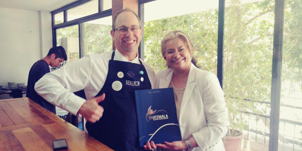 Brian Harris Presidente de la Asociación de Profesionales y amantes del Café ANAPAC Chile y la Gerente de Promoción Comercial de AGEXPORT, Paola Alvarez.jpeg