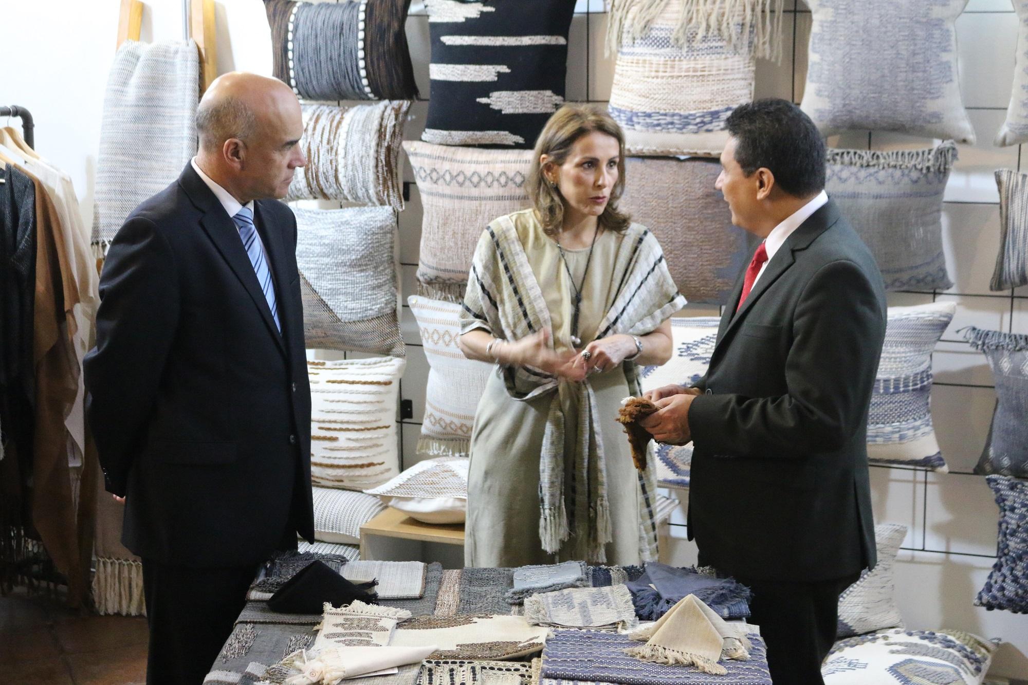 Amador Carballido, Luisa Villavicencio y Jorge Mario Chajón.jpg