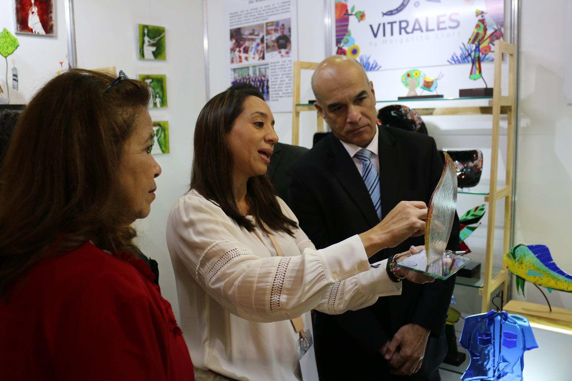 Fanny D. Estrada y Amador Carballido, viendo artesanías.jpg