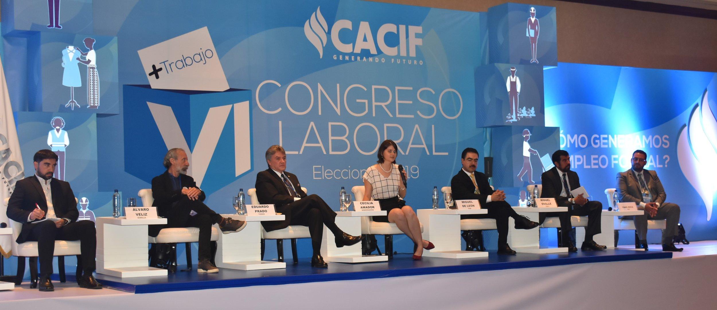 Cecilia Amador modera el panel de candidatos a alcaldes.
