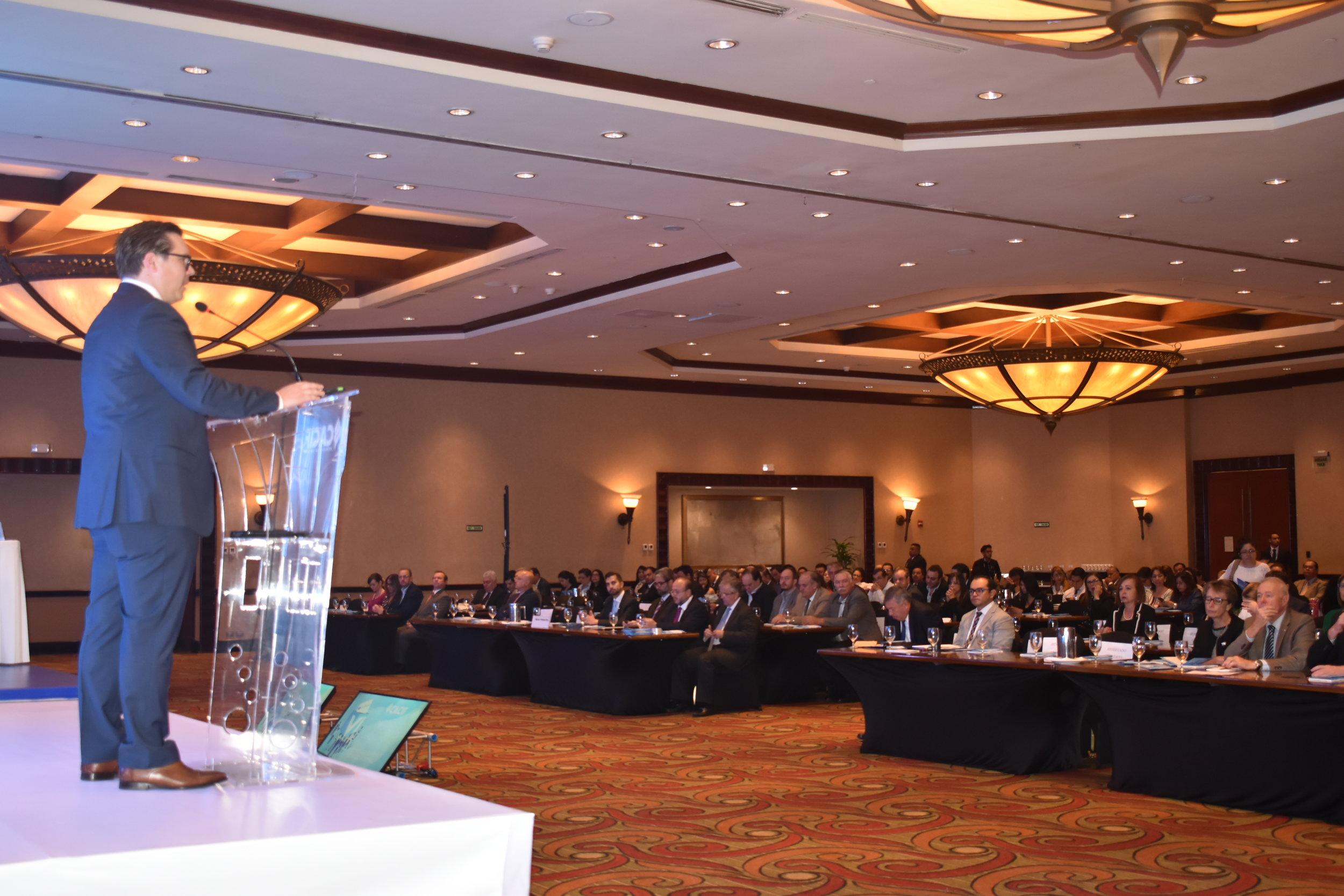 El presidente de CACIF, Juan Carlos Tefel, dirigiéndose al público asistente.