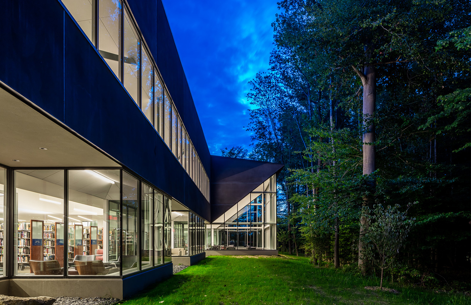 The north side of the building brings the outdoors in, connecting library patrons with nature and the woodlands beyond.
