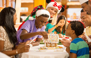 GINGERBREAD HOUSE MAKING | © DISNEY