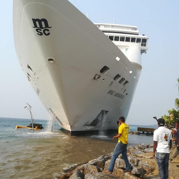 Cruise Ship strikes peer in Roatan