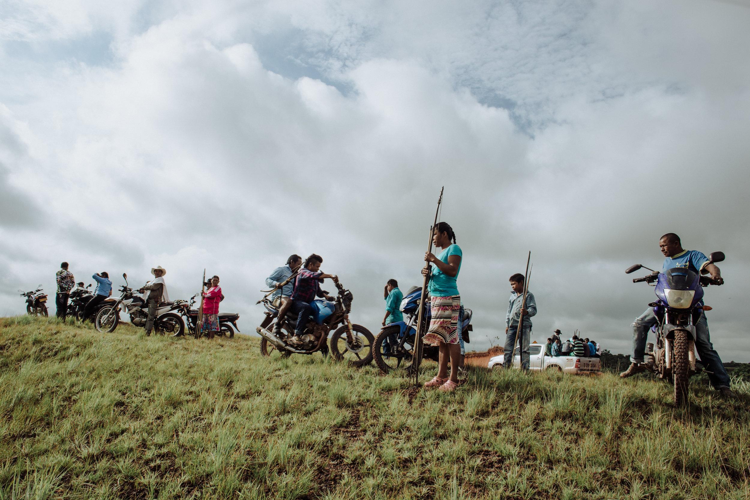 - Comunidad Sikuani observando las construcciones   del Campo Quifa. | Fotografía: Alejandra Muñoz Ruiz - Aica Colectivo.