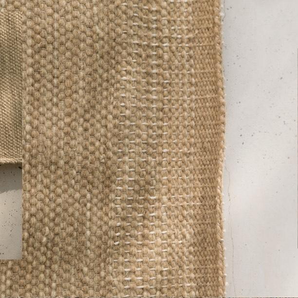 Tapete rectangular de lana artesanal, tejido a mano con trama cerrada. ✨  Forma: Rectangular Tamaño: W300cm x L400cm Color: Beige Claro  DM / info@bymura.com para detalles. MODELO EN EXISTENCIA.  #ByMura #custommade