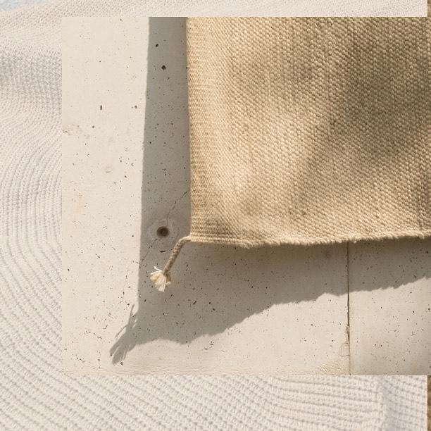 Tapete rectangular de lana artesanal, tejido a mano con trama cerrada. 💛 Forma: Rectangular Tamaño: W300cm x L400cm Color: Beige Claro  DM / info@bymura.com para detalles. MODELO EN EXISTENCIA.  #ByMura #custommade