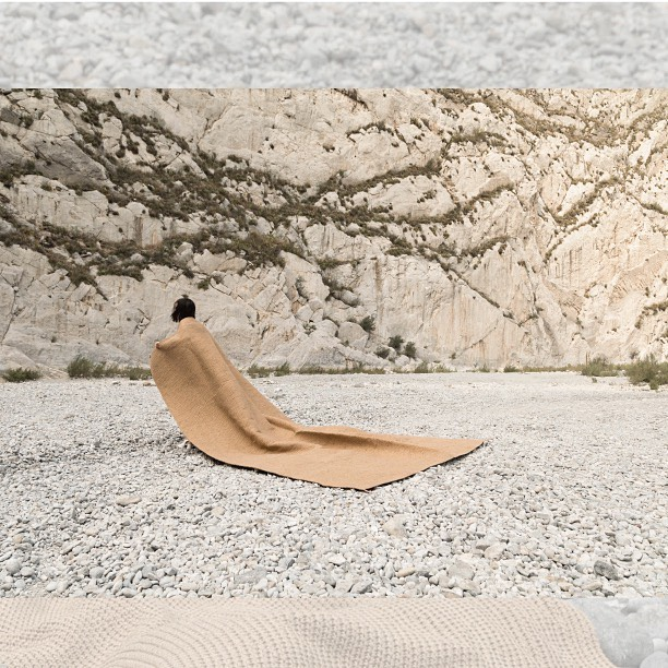 Tapete rectangular de lana artesanal, tejido a mano con trama cerrada. W300cm x L400cm. DM / info@bymura.com para detalles. MODELO EN EXISTENCIA.  #ByMura #custommade