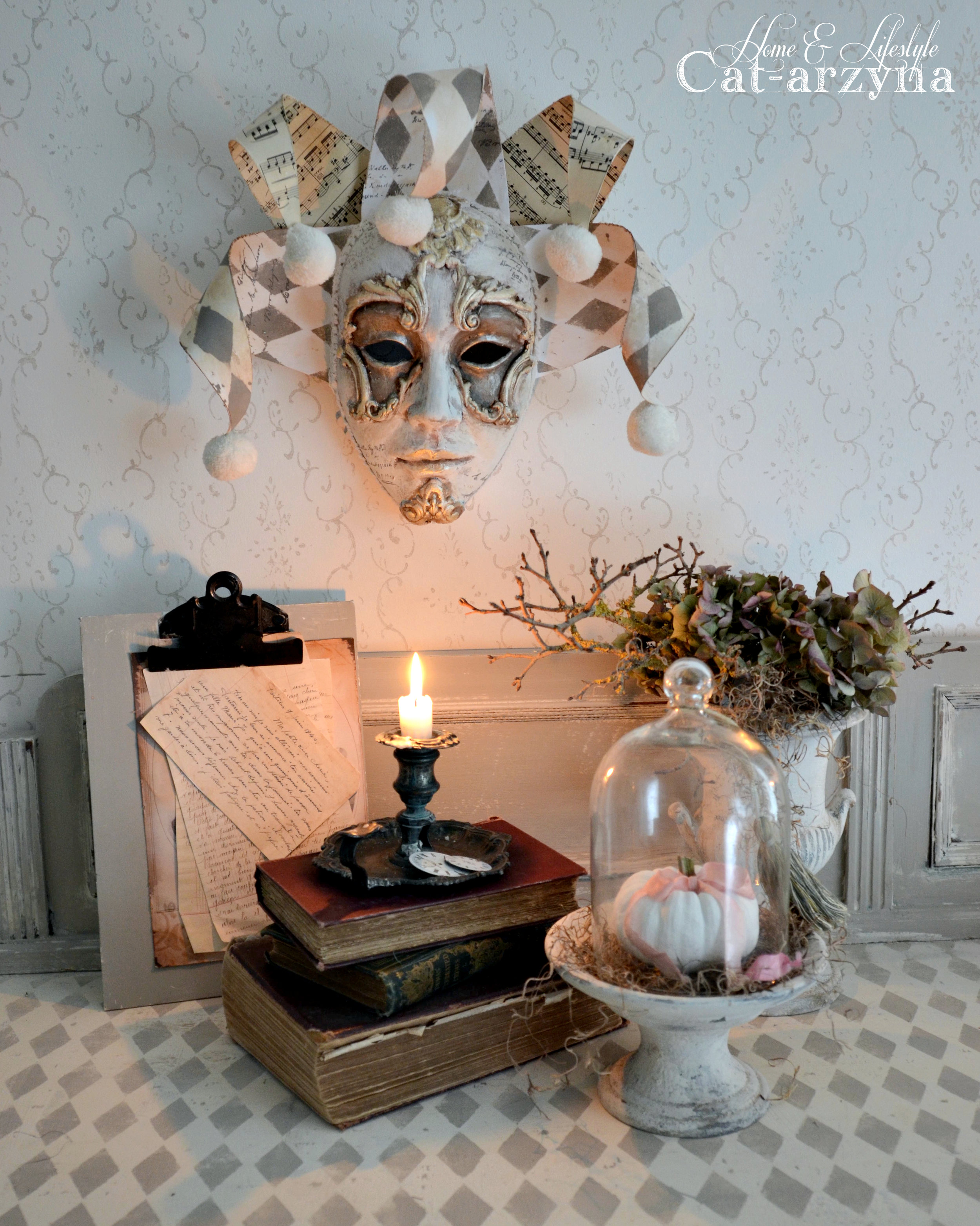 This fall season, we are gearing up for All Hallows' Eve at the end of the month and why not craft your own decorations to fit your style? Cat-arzyna created decorative masks that are sure to add whimsy and charm to your home for Halloween, Carnival or maybe all year round.Here's what she did to create these beautiful projects...
